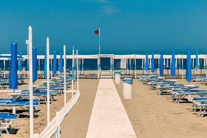 Download 铺沙与躺椅和伞里乔内,里米尼,它的海滩 库存照片. 图片 包括有 蓝色, 许多, beautifuler - 72357260