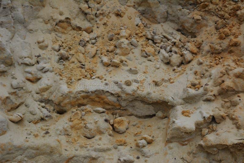 铺沙从堆的纹理与沙粒和小石头 免版税库存照片