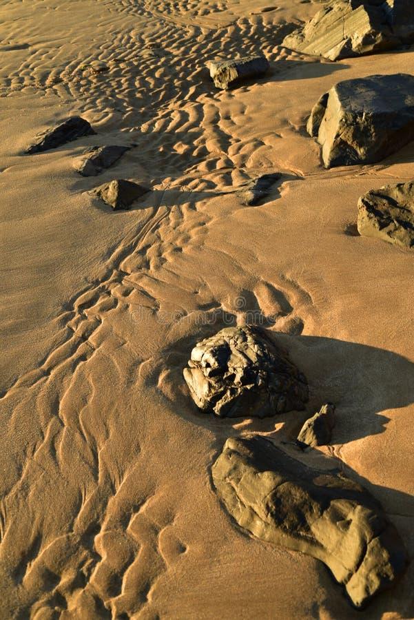 铺沙在科尔特斯海,巴哈,墨西哥,低潮岩石波动图式的海滩 库存图片