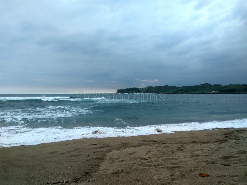 铺沙海岛海滩、边缘和背景的波浪泡沫 库存图片