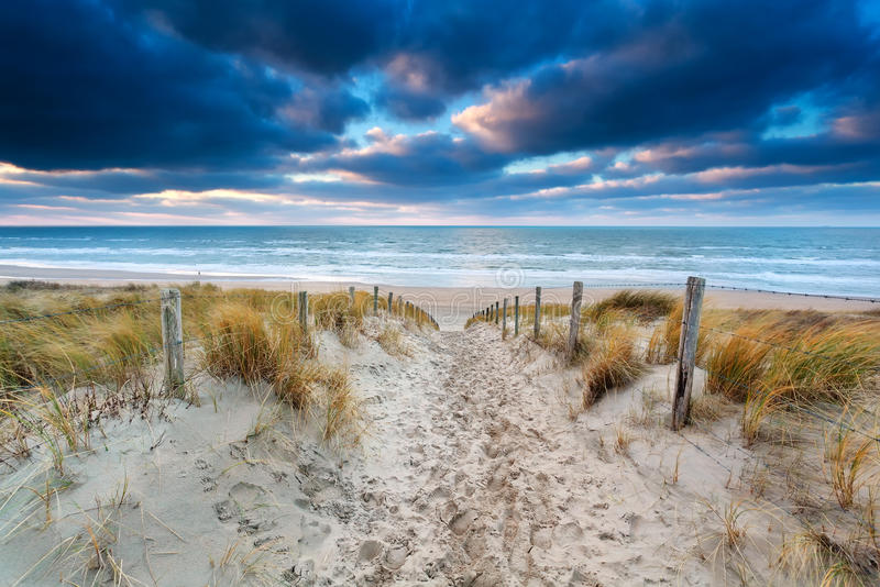 铺沙道路对北海海岸在日落 免版税库存图片