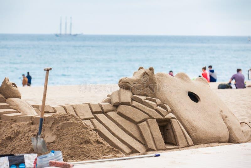 铺沙雕塑在La Barceloneta海滩在巴塞罗那西班牙 库存照片