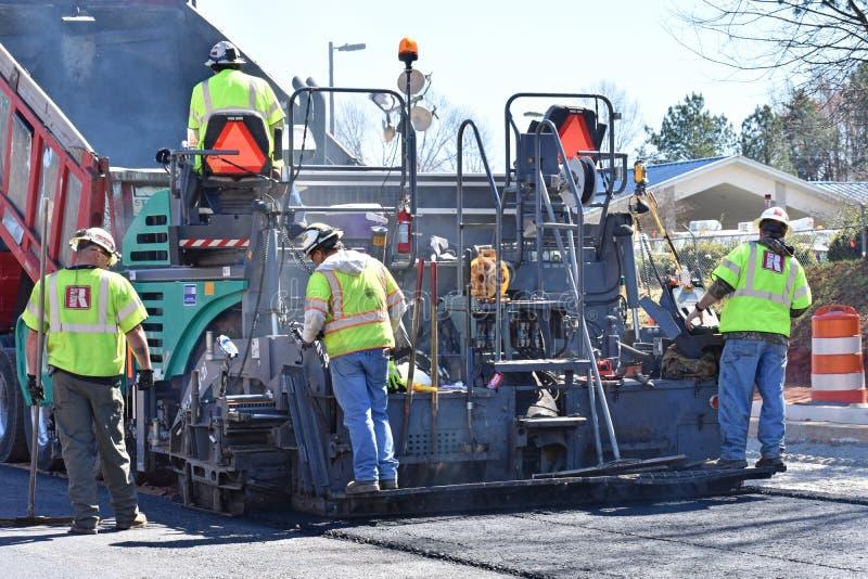铺的机器和乘员组在高速公路项目 免版税图库摄影