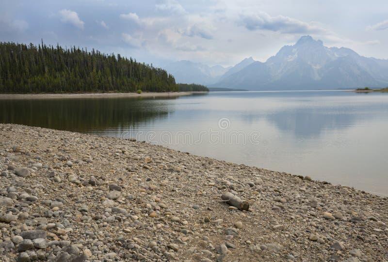 铺石渣海滩,在Jackson湖, Teton国家公园, Wy的山 库存图片
