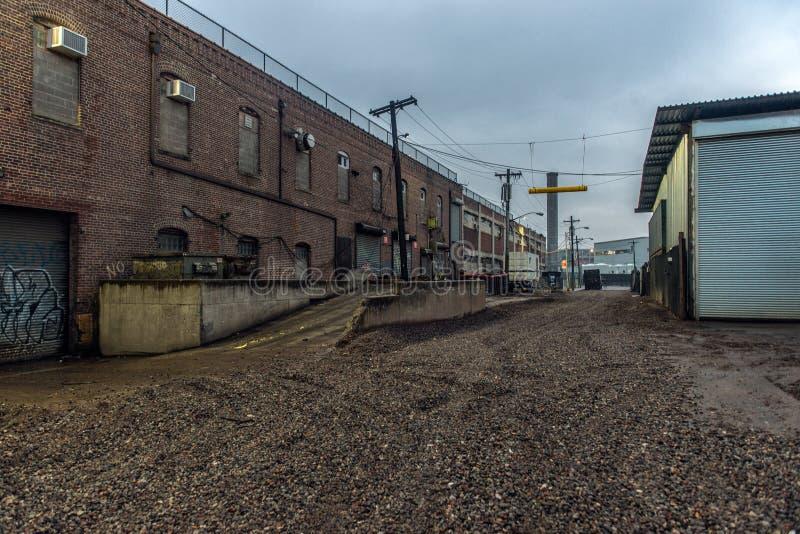 铺石渣路在工业区在城市 库存图片