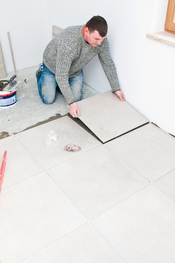 铺磁砖工在工作 免版税库存图片