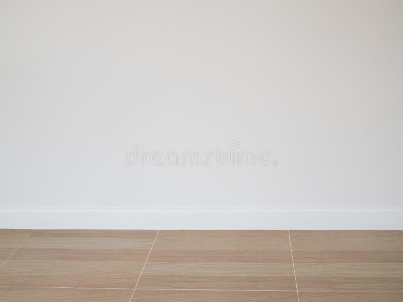 铺磁砖木地板样式地板有白水泥墙壁背景 库存照片