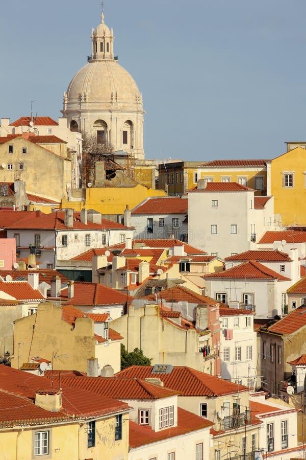 铺磁砖的屋顶。在Alfama处所的看法。里斯本。葡萄牙 免版税库存照片