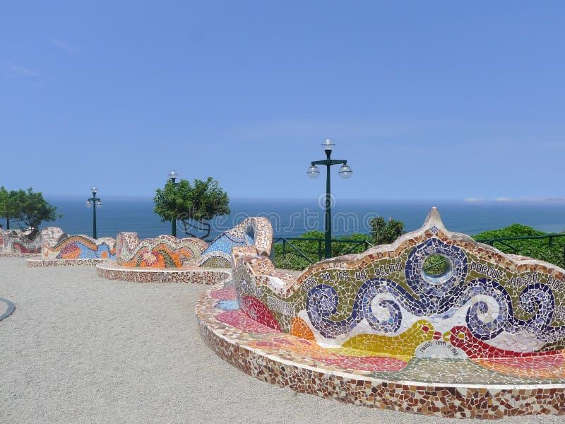 铺磁砖的长凳在爱公园,米拉弗洛雷斯,利马,秘鲁 库存图片