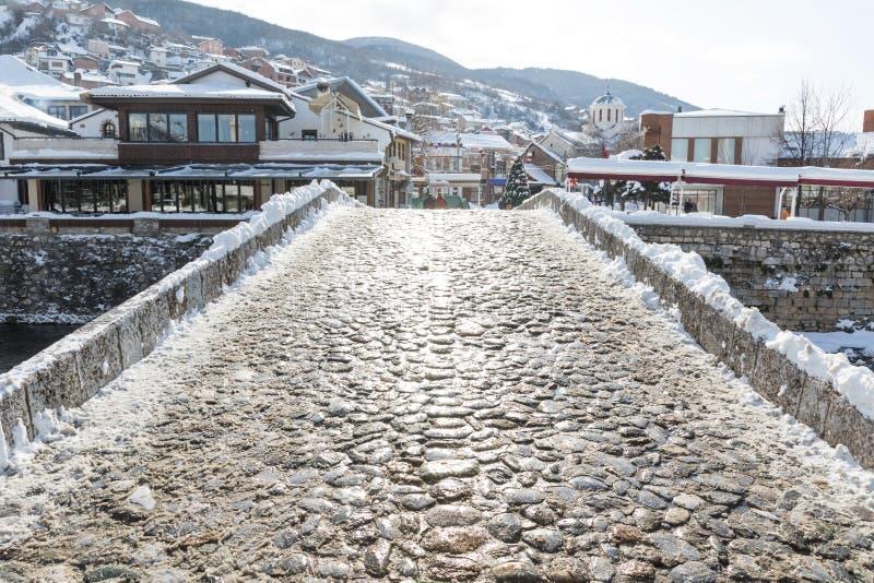 铺路石桥梁prizren,科索沃在冬天季节 免版税库存照片