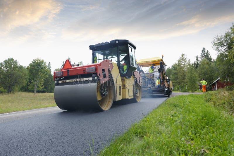 铺道路工程的乘员组设备 库存图片