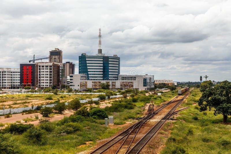 铺铁路和迅速地开发的中心商务区,加博尔 免版税图库摄影