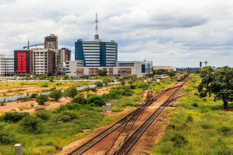 铺铁路和迅速地开发的中心商务区,加博尔 免版税库存照片