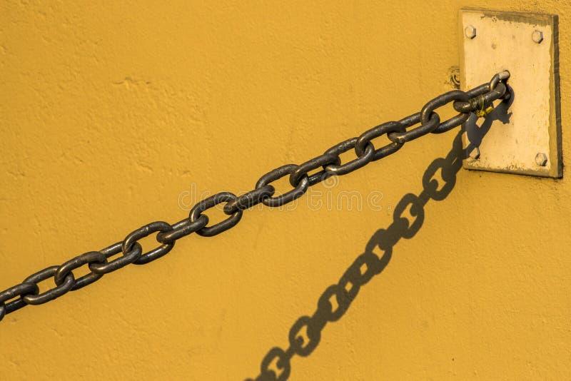 链垂悬在墙壁上 免版税库存图片