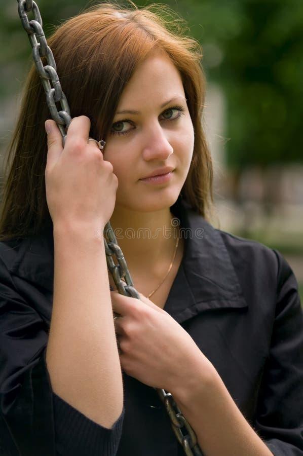链垂直的妇女年轻人 免版税库存图片