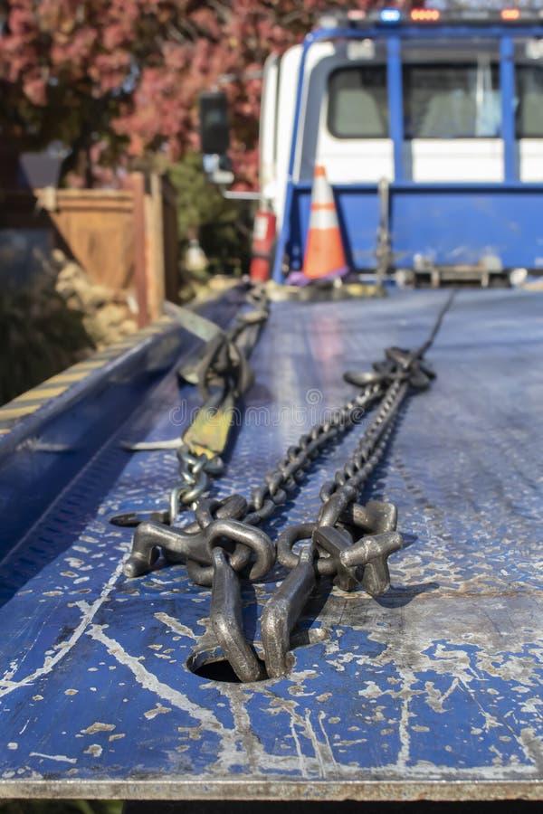 链子和勾子看法在看从备份的拖车背面到小室有橙色锥体和秋天叶子的 库存图片