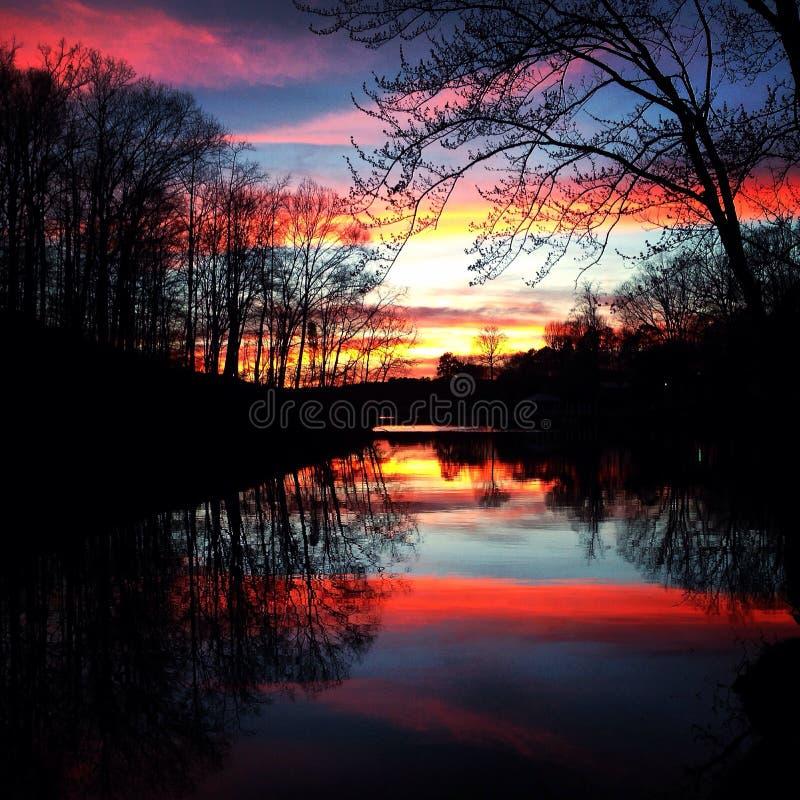 链子报道水平的伊利诺伊湖湖轻的o橙色摄影天空日落表面美国 免版税库存照片