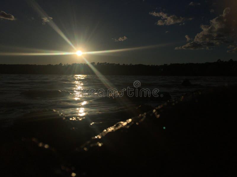 链子报道水平的伊利诺伊湖湖轻的o橙色摄影天空日落表面美国 免版税图库摄影