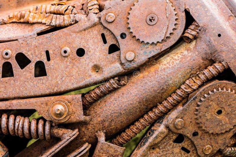 链轮和扣练齿轮特写镜头 老机器的生锈的零件 免版税库存照片