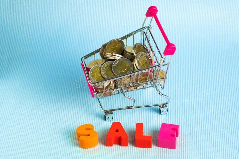 销售五颜六色的木文本和购物车或者超级市场拖钓 图库摄影
