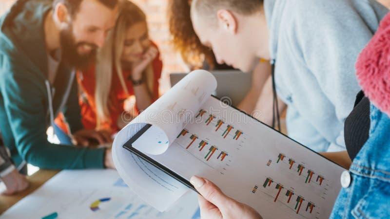 销售分析millennials同事合作 免版税图库摄影
