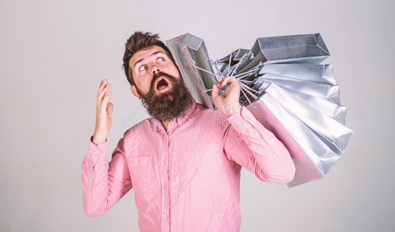 销售和折扣概念 在销售的人购物晒干,想知道袋子 使上瘾的惊奇的面孔的行家 库存照片