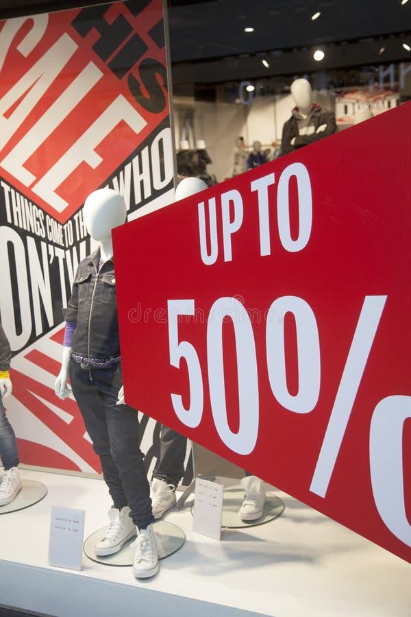 销售在衣裳商店购物窗口里  库存图片