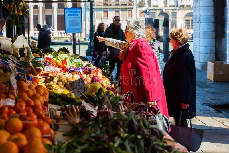 销售场面在Rialto街市上在威尼斯 图库摄影