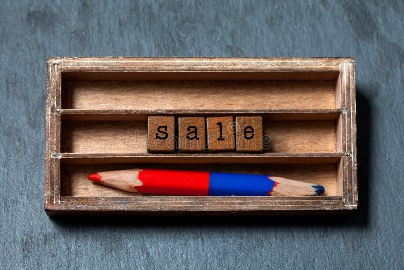 销售折扣促进海报 特价优待购物时间概念 葡萄酒箱子,与老牌信件的木立方体 库存图片