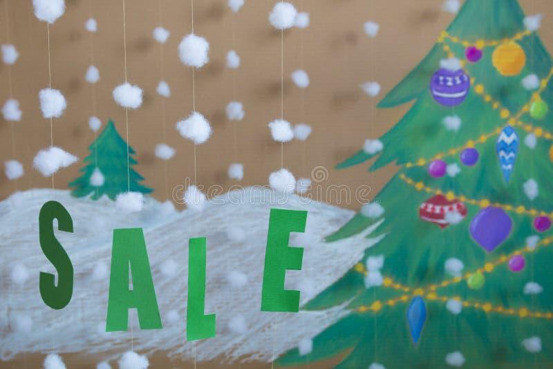销售标志新年 以被绘的圣诞树和雪为背景 免版税库存图片