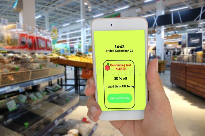 销售概念,商店用途的事互联网geofencing发短信给消息对特价的顾客在零售 免版税库存图片