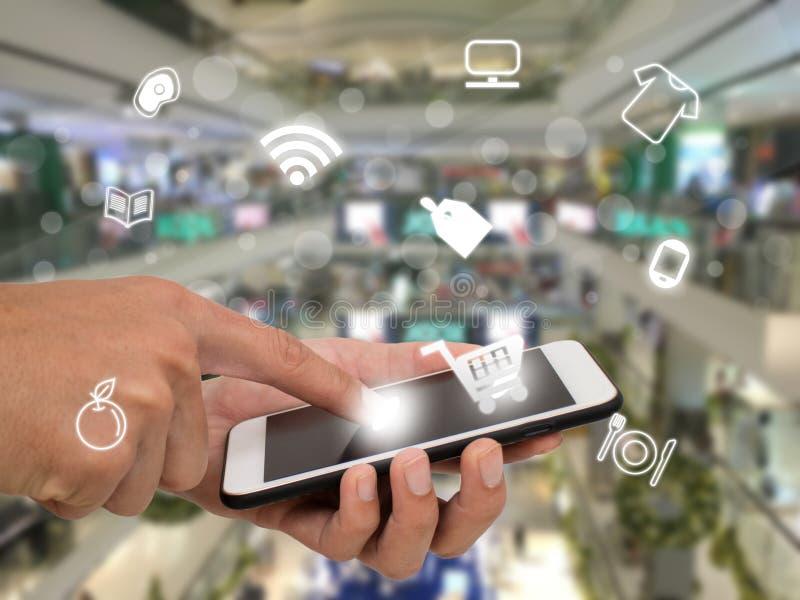 销售概念,顾客用途应用的事互联网搜寻,买,支付在零售或百货商店的产品 库存图片