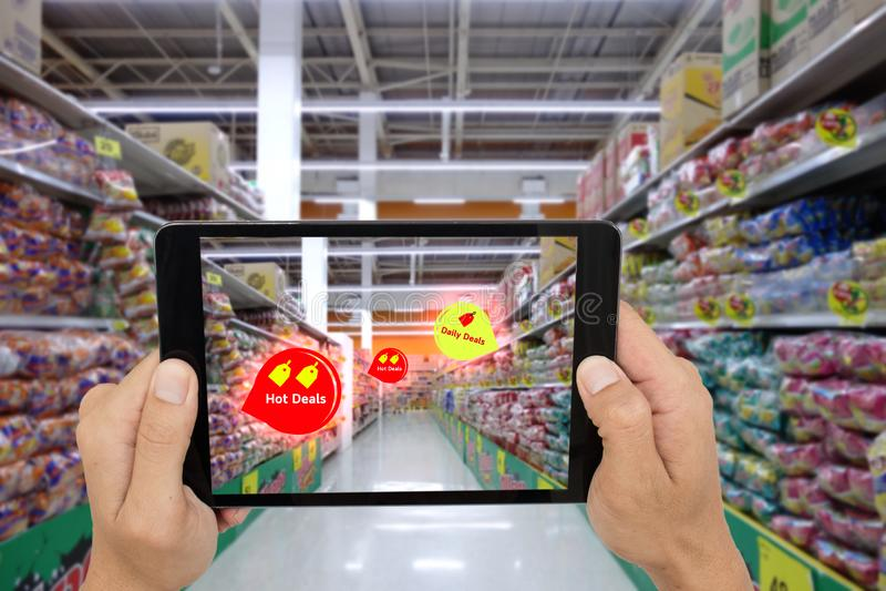 销售由applic的ai搜寻的概念,聪明的被增添的现实,顾客举行的事互联网片剂看产品 库存照片