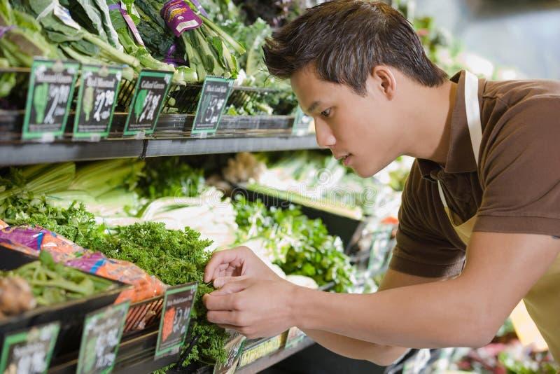 销售辅助工作在超级市场 免版税图库摄影