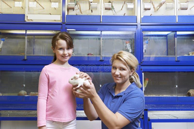 销售辅助显示的女孩试验品在宠物商店 库存照片