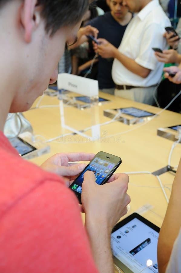 销售额人员和客户在Apple存储 库存图片