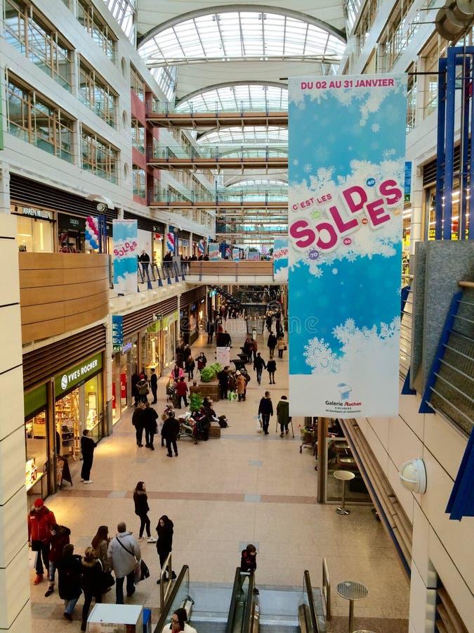 销售,在一个拥挤购物中心的soldes期间 库存照片