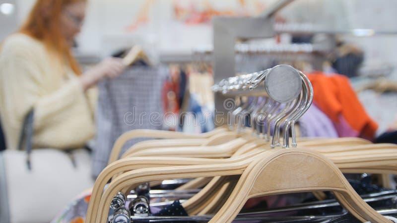 销售-服装店的妇女选择了礼服-购物概念 图库摄影