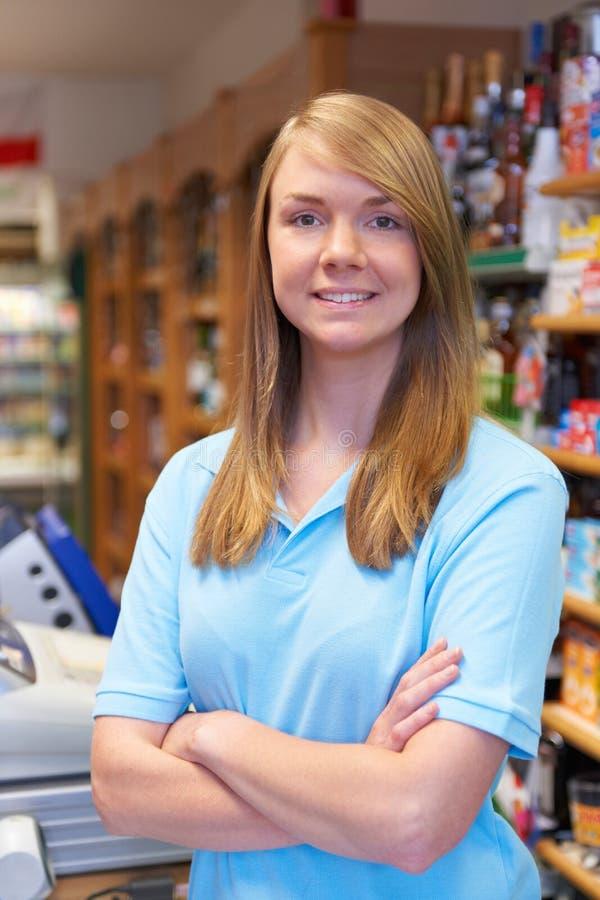 销售画象辅助在超级市场结算离开 库存照片