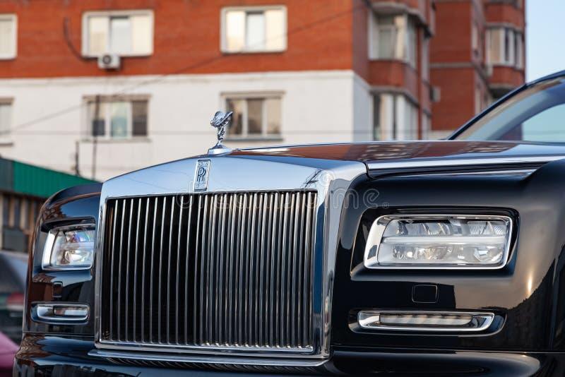 销魂、格栅和车灯的象征精神正面图新一辆非常昂贵的劳斯莱斯幽灵汽车,长的黑色 免版税库存图片
