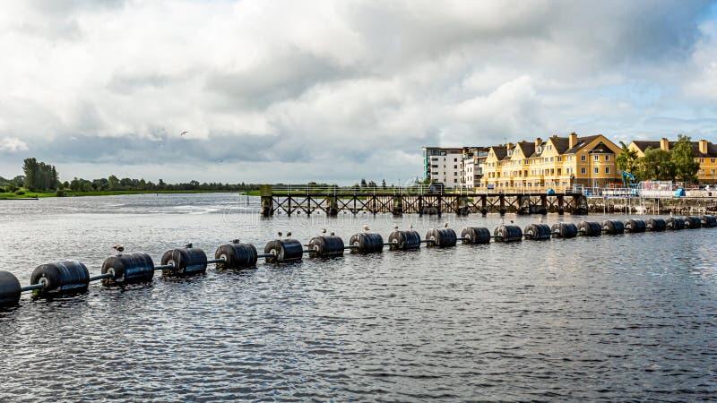 锁、测流堰和水闸系统在香农河有黑浮体的在阿斯龙镇 库存照片