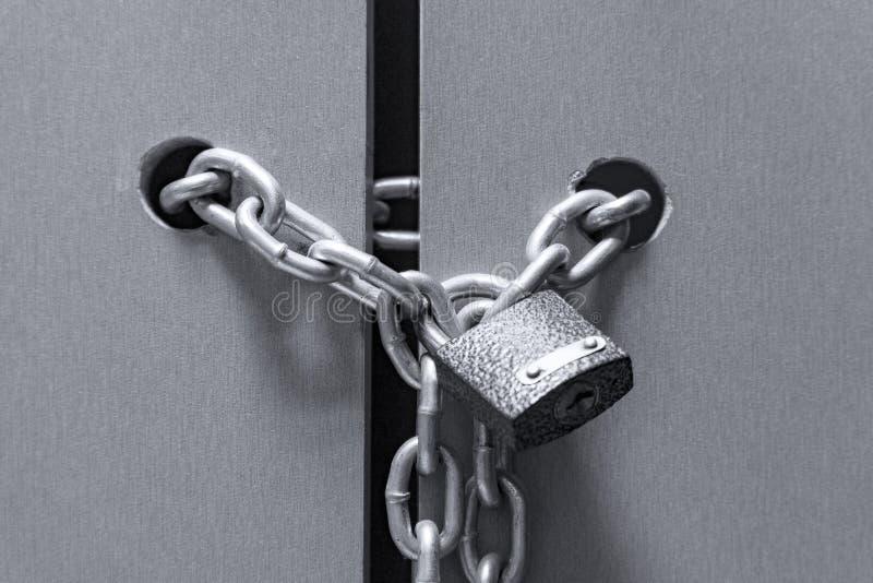 锁与在门的一个链子 免版税库存图片