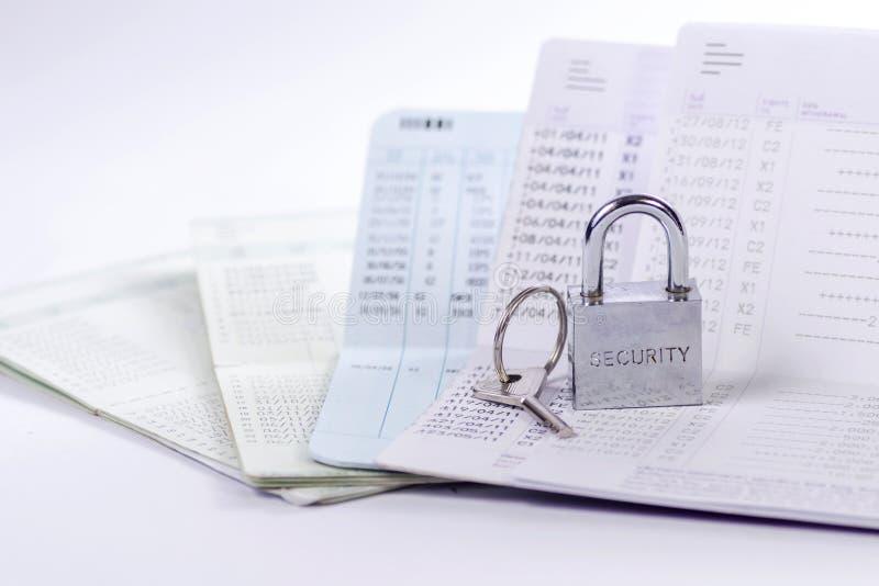 锁和钥匙在存款簿 免版税库存照片