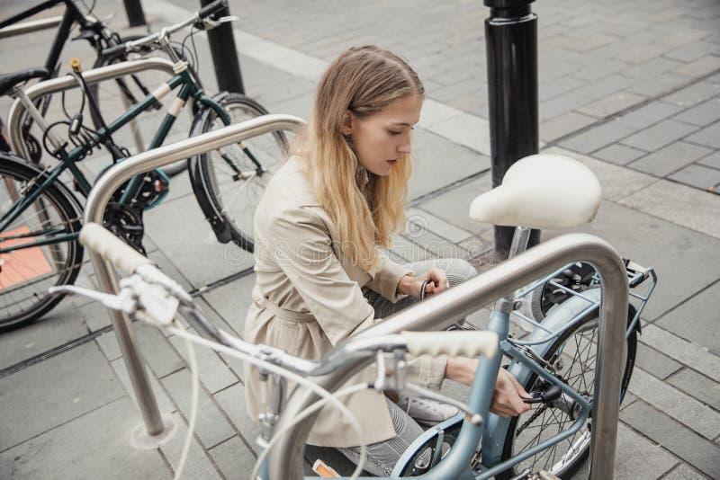 锁她的自行车 免版税库存图片
