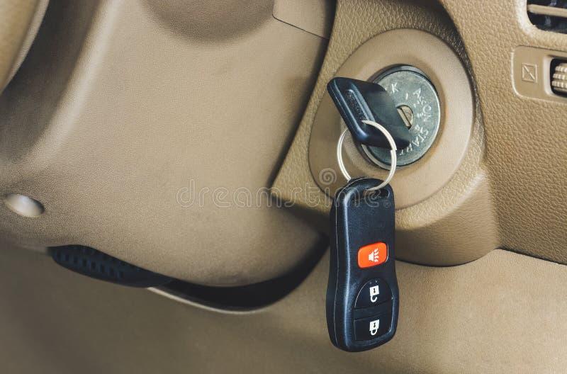 锁孔遥控车钥匙闭合 免版税库存图片