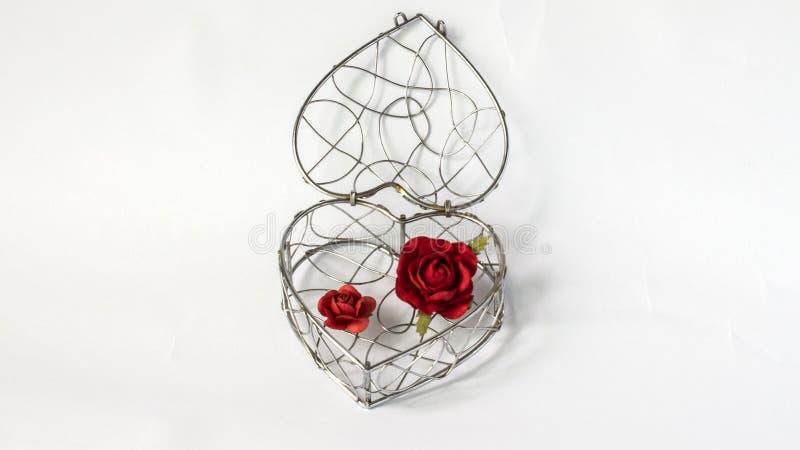 锁您的心脏概念,唯一抽象曲线钢容器在象形状的心脏与在白色背景的纸英国兰开斯特家族族徽 免版税库存图片