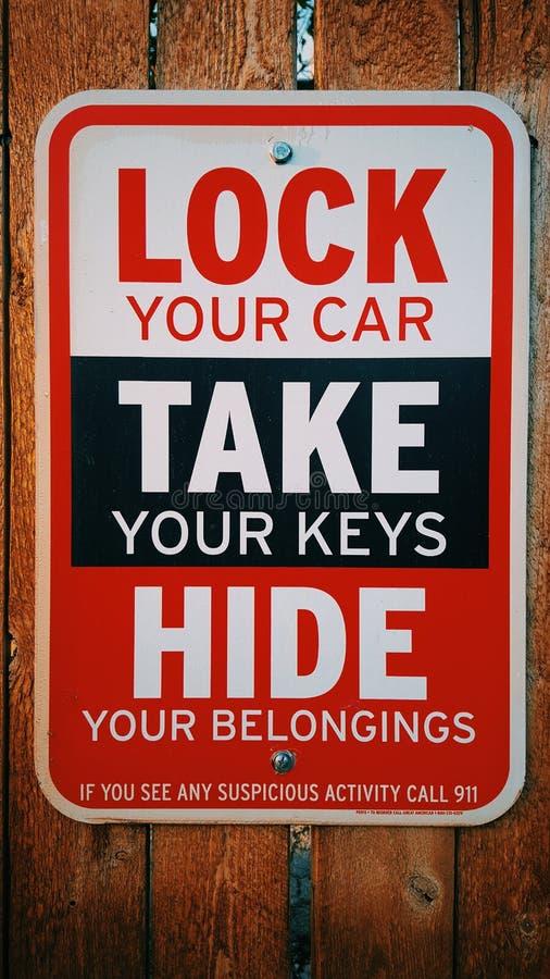 锁您车采取您的汽车钥匙标志 免版税库存照片