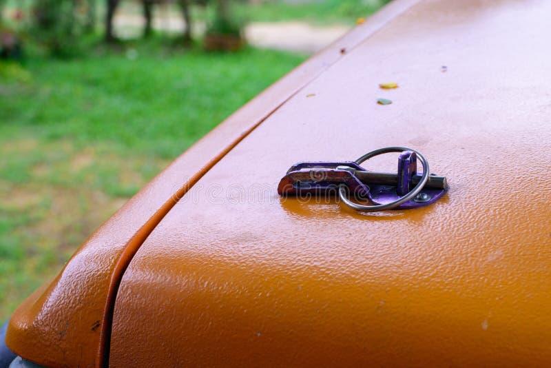 锁橙色表面上的提取裙子 免版税库存照片