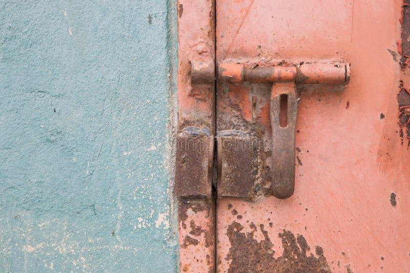 锁着的钢门 库存照片