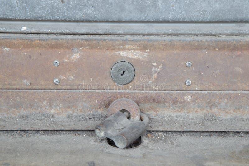 锁着的钢门 库存图片